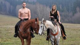 Kajakář Josef Dostál a jeho přítelkyně Lucie při fotografování kalendáře