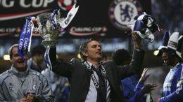 José Mourinho s jednou ze 6 trofejí, které získal ...