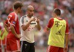 Pep Guardiola promlouvá k Ribérymu (vpravo) a Müll...