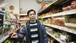 Vietnamský obchodník ve své prodejně