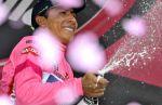 Nairo Quintana se šampaňským na pódiu