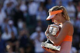 Maria Šarapovová s trofejí z French Open