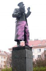 Socha maršála Koněva nabarvená vandaly narůžovo