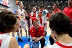 Trenér Lubor Blažek udílí pokyny českým basketbali...