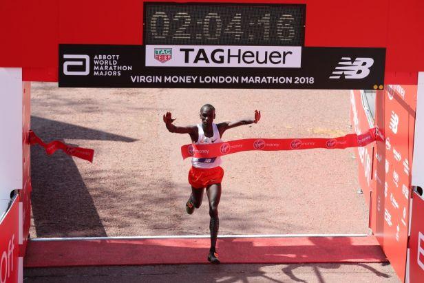 Londýnský maraton potřetí ovládl Kipchoge, Farah zaběhl britský rekord