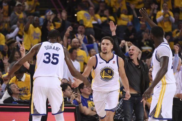 Obhájci Golden State a překvapení sezony z Philadelphie slaví v NBA postup