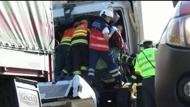 Nehoda �ty� kamion� zastavila d�lnici D1. V�kend bude krizov�