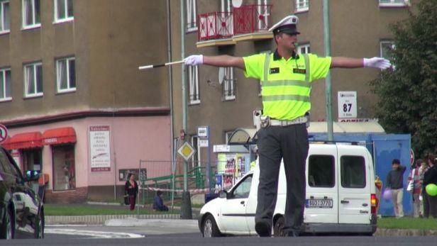 Policista m�sto semaforu: Zaru�en� recept na zmatek