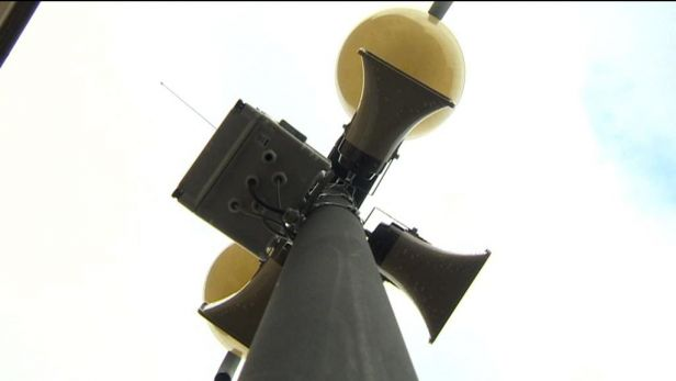 Lan�kroun instaloval tlampa�e a sir�ny, lid� se dozv� o p��padn� katastrof�