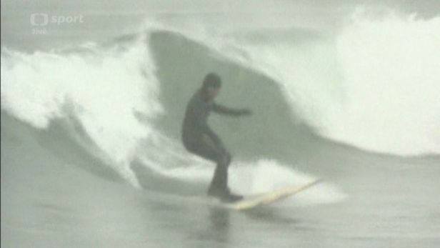 P��znivci extr�mn�ho surfingu sj�d�li vlny ve Vladivostoku