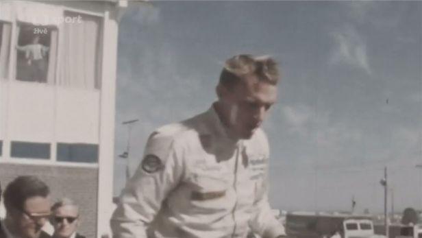 Jako první kropil šampaňským jezdce v F1. Gurney zemřel v 86 letech