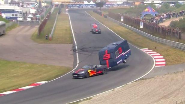 Piloti Red Bullu si exhibičně zazávodili s obytnými karavany