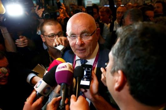 Předseda Nizozemské fotbalové asociace Michael van Praag v rozhovoru s novináři potvrdil, že UEFA bojkotovat volby prezidenta FIFA nebude.