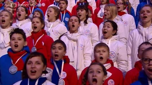Zpěv ruské hymny během zakončení ZOH 2014