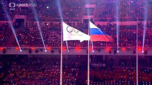 Olympijská a ruská vlajka na stadionu Fišt