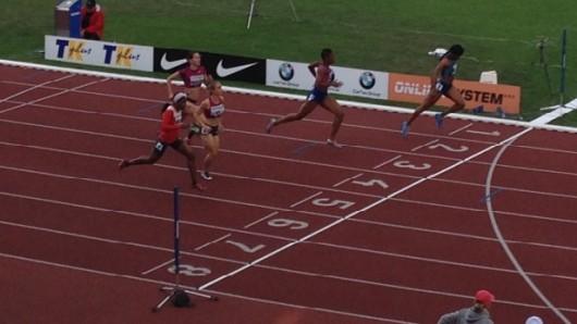 Momentka ze závodu na 400 metrů překážek žen